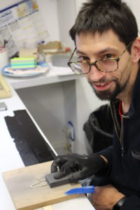 Xavier, usager de l'ESAT Les Ateliers du Petit Prince, façonne un pictogramme signalétique (photo prise avant la crise sanitaire)